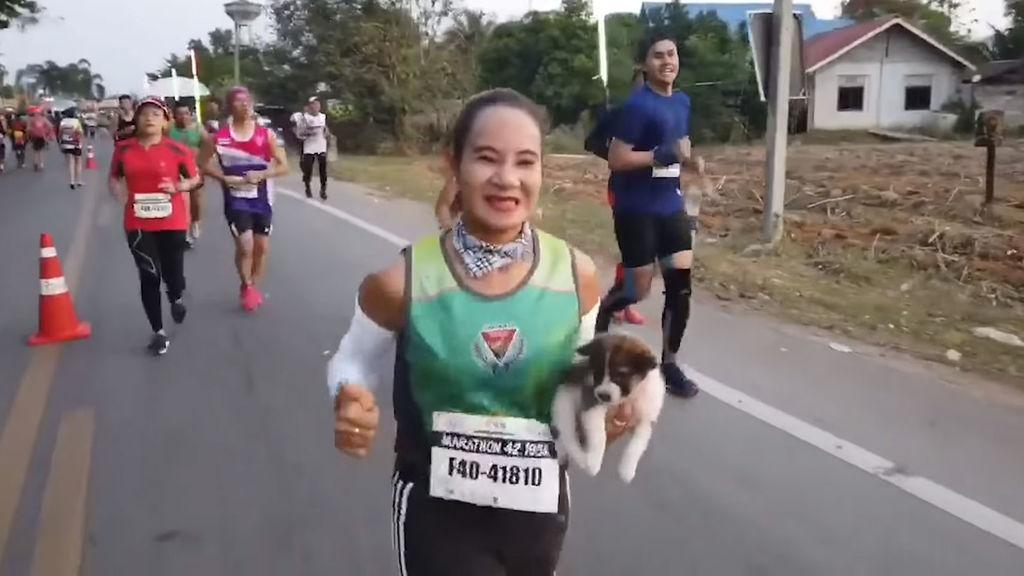 Corredora recoge un cachorro abandonado en plena maraton